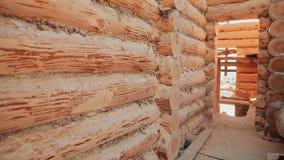 Paredes Unterminated del edificio Albañilería canadiense del ángulo Estilo canadiense Casa de madera hecha de registros almacen de metraje de vídeo