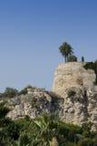 Paredes viejas arruinadas del castillo en Mónaco. Foto de archivo