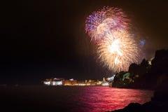 Paredes viejas de la ciudad de Dubrovnik y fuego artificial grande Imágenes de archivo libres de regalías