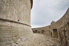 Paredes viejas de la ciudad de la ciudad de Dubrovnik Torre de Minceta Foto de archivo libre de regalías