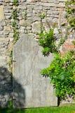 Paredes viejas dilapidadas de una abadía medieval Foto de archivo