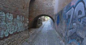 Paredes y arcada medievales del paso metrajes