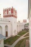 Paredes y atalayas de piedra Predtechenskaya y Setunskaya de la fortaleza del convento de Novodevichy moscú Fotografía de archivo libre de regalías