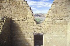 Paredes y entrada de Adobe, circa el ANUNCIO 1060, ruinas indias del barranco de Chaco, el centro de la civilización india, nanóm Foto de archivo