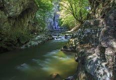 Paredes y río de la piedra caliza en la parte inferior fotos de archivo