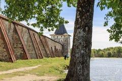 Paredes y torre antiguas del monasterio de Cyril-Belozersky Fotografía de archivo