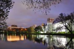 Paredes y torres del convento de Novodevichy enmarcadas por los árboles en el crepúsculo Fotos de archivo libres de regalías