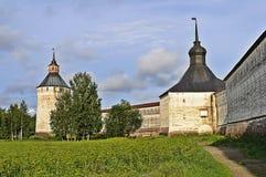 Paredes y torres del monasterio de Kirillo-Belozersky, Rusia Fotos de archivo