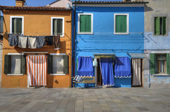 Paredes y ventanas coloridas de Burano Italia Imágenes de archivo libres de regalías