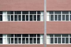Paredes y ventanas rojas Fotos de archivo