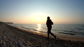 Pareggiando sulla spiaggia sabbiosa al tramonto stock footage