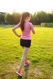 Pareggiare cinese asiatico di funzionamento di sport della donna di forma fisica Immagini Stock