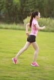 Pareggiare cinese asiatico di funzionamento di sport della donna di forma fisica Fotografie Stock Libere da Diritti
