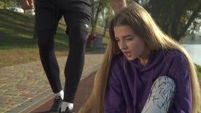 Pareggiare danneggiato femminile della gamba all'aperto stock footage