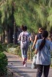 Pareggiare della donna fatto funzionare in un parco all'aperto per l'esercizio Immagini Stock Libere da Diritti