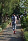Pareggiare della donna fatto funzionare in un parco all'aperto per l'esercizio Fotografie Stock