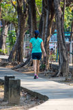 Pareggiare della donna fatto funzionare in un parco all'aperto per l'esercizio Fotografia Stock Libera da Diritti