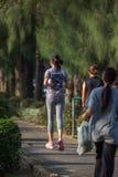 Pareggiare della donna fatto funzionare in un parco all'aperto per l'esercizio Fotografia Stock