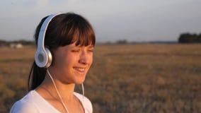 Pareggiare di pratica della ragazza felice in cuffie archivi video
