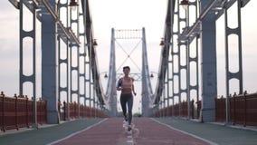 Pareggiare femminile di forma fisica all'alba sul ponte archivi video