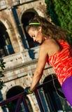 Pareggiatore alla moda della donna vicino a Colosseum a allungamento di Roma, Italia Immagini Stock Libere da Diritti