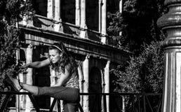 Pareggiatore alla moda della donna vicino a Colosseum a allungamento di Roma, Italia Fotografia Stock