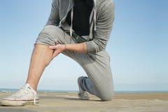 Pareggiatore che ha un crampo e un dolore muscolare Immagini Stock Libere da Diritti