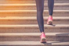 Pareggiatore femminile con alto corrente delle gambe atletiche le scale all'aperto Fotografia Stock Libera da Diritti