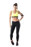 Pareggiatore femminile di misura atletica che si scalda con l'esercizio di rotazione della caviglia del piede Fotografie Stock