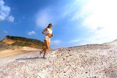 Pareggiatore teenager sportivo sulla sabbia fotografie stock