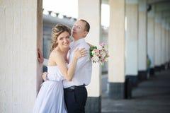 Pareja casada alegre en la estación de tren Foto de archivo libre de regalías