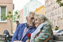 Pareja casada de amor, pareja casada, sonrisas alegres, imagen de archivo
