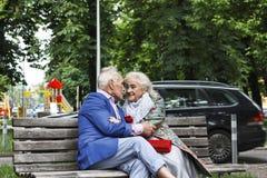 Pareja casada de amor, pareja casada, sonrisas alegres, fotografía de archivo libre de regalías