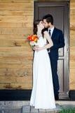 Pareja casada de los jóvenes apenas delante de la puerta Foto de archivo