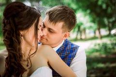 Pareja casada en el abarcamiento del bosque Foto de archivo libre de regalías