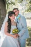 Pareja casada en el abarcamiento del bosque Imagen de archivo libre de regalías