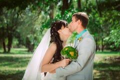 Pareja casada en el abarcamiento del bosque Fotografía de archivo