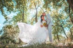 Pareja casada en el abarcamiento del bosque Fotografía de archivo libre de regalías