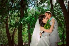 Pareja casada en el abarcamiento del bosque Imagenes de archivo
