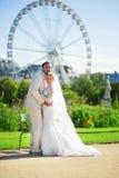 Pareja casada en el jardín de Tuileries de París Fotos de archivo libres de regalías