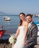 Pareja casada en la playa en la costa de Sorrento Fotografía de archivo libre de regalías