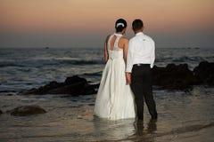 Pareja casada enjoing en la playa del mar Fotografía de archivo libre de regalías