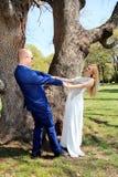 Pareja casada feliz de la boda en el bosque foto de archivo