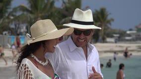 Pareja casada feliz el vacaciones almacen de metraje de vídeo