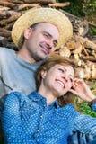 Pareja casada feliz en el parque en marco de madera del fondo Foto de archivo