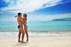 Pareja casada feliz en la playa tropical de la playa. Imágenes de archivo libres de regalías