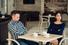 Pareja casada infeliz joven que tiene pelea seria en el café Foto de archivo