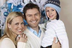 Pareja con el hijo en Front Of Christmas Tree Foto de archivo libre de regalías