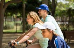 Pareja con el hijo en las bicicletas Fotos de archivo libres de regalías