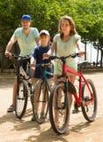 Pareja con el hijo en las bicicletas Imágenes de archivo libres de regalías